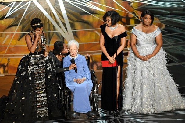 HOLLYWOOD, CA - FEBRUARY 26:  NASA mathematician Katherine Johnson (2nd L) appears onstage with (L-R) actors Janelle Monae, Taraji P. Henson and Octavia Spencer speak onstage during the 89th Annual Academy Awards at Hollywood & Highland Center on February (Foto: Getty Images)