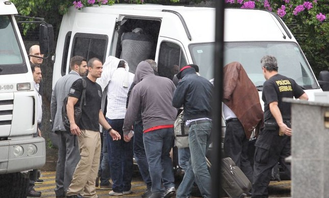 Policiais federais conduzem os onze presos detidos na operação Lava Jato. A maioria dos envolvidos são diretores de grandes empreiteiras (Foto: Michel Filho / Agência O Globo)