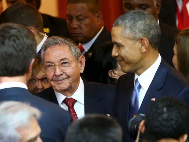 Obama e Raúl Castro se encontram antes da inauguração da Cúpula das Américas nesta sexta (10) no Panamá (Foto: REUTERS/Peru Presidency)