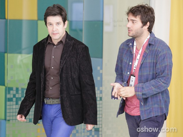 Davi vai atrás de Jonas questioná-lo e o irrita (Foto: Raphael Dias/TV Globo)