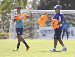 Marcelo Oliveira e Mayke no treino do Cruzeiro (Foto: Denilton Dias / Vipcomm)