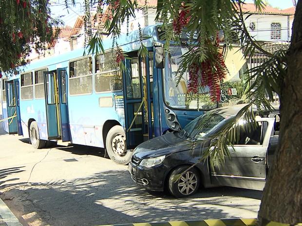 Ônibus da linha 4107 se envolve em acidente no Caiçara. (Foto: Reprodução/TV Globo)