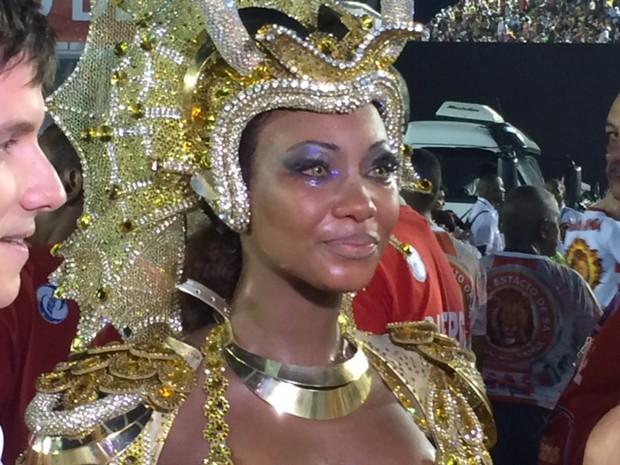 Rainha da Estácio, Luana chora após ser impedida de cuspir fogo na avenida (Foto: Káthia Mello/G1)