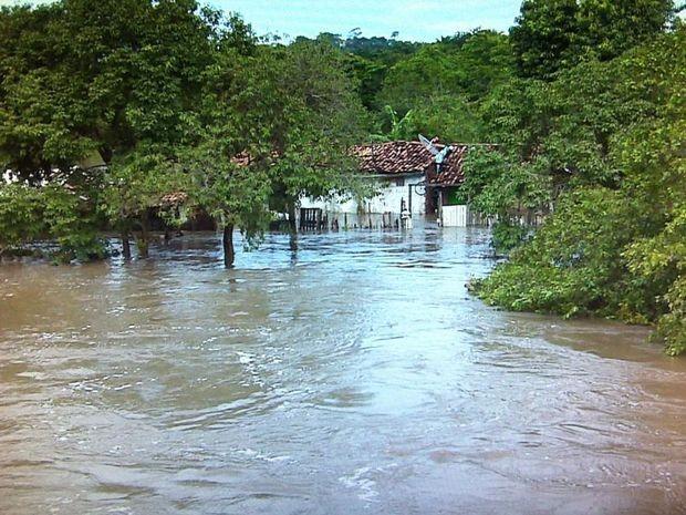 Rio Poxim subiu e invadiu casas do bairro Roza Elz, em São Cristóvão (Foto: Reprodução/TV Sergipe)