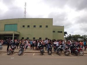 Servidores protestaram em frente à Prefeitura de Ariquemes nesta quinta-feira (Foto: Eliete Marques/G1)