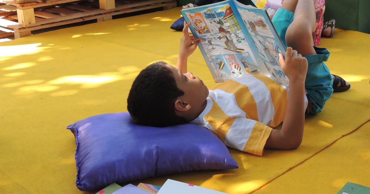 Ler livro impresso prejudica menos o sono que leitura em tablet, diz estudo