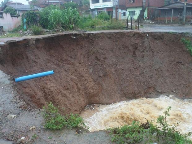 Asfalto de um bairro na cidade de Igrapiúna rompeu por conta do temporal. (Foto: William Boy/ Prefeitura de Igrapiúna)