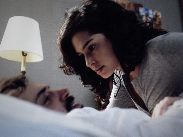Camila tenta saber de Oswaldo o que aconteceu na noite anterior (Foto: O Rebu / TV Globo)
