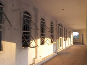 Corredor interno do 'castelo' de 100 quartos deixado inacabado pelo sertanejo José Rico em Limeira (Foto: Reprodução/TV Globo)