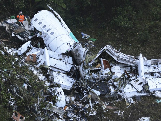 Destroços do avião que levava a Chapecoense são vistos perto de Medellín, na Colômbia (Foto: Luis Benavides/AP)