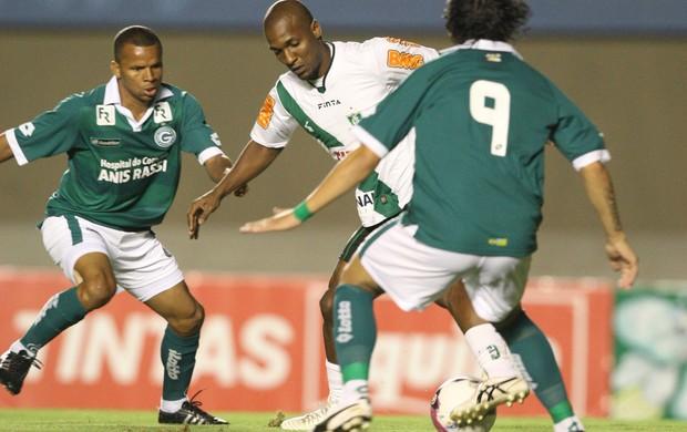 Ricardo Goulart disputa jogada com Gilberto (Foto: Renato Conde / O Popular)