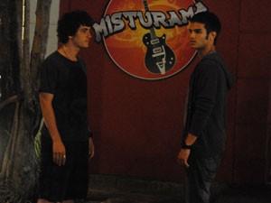 Gil e Dinho procuram por Lia e acabam discurtindo (Foto: Malhação / Tv Globo)