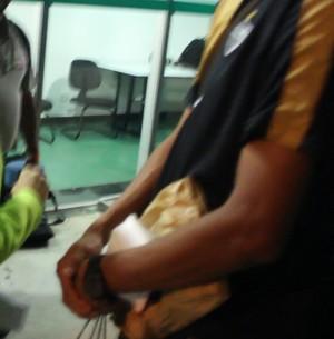 """Após partida do Galo, Leonardo Silva carrega caixa de isopor com """"hambúrger saudável"""" (Foto: Maurício Paulucci)"""