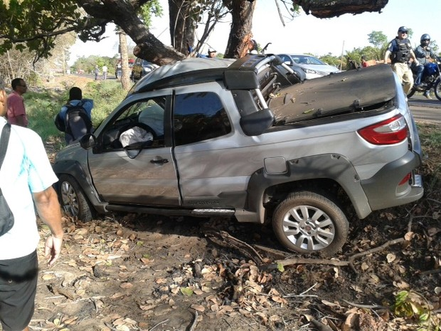 Após sair da pista o carro colidiu com uma árvore (Foto: Mário Raulino/Arquivo Pessoal)