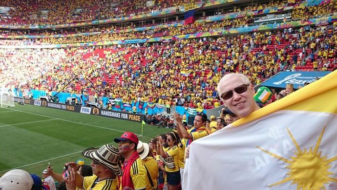 Felipe Póvoa exibe bandeira do Tocantins na partida Colômbia x Costa do Marfim, em Brasília (Foto: Felipe Póvoa/Arquivo pessoal)