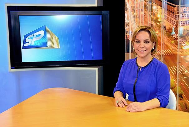 Cintia Aquino, na bancada do SPTV 2ª Edição, mostra a série de reportagens exibidas pelo telejornal (Foto: Marketing / TV Fronteira)