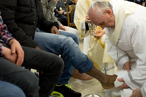O Papa Francisco lava pé de detento nesta quinta-feira (28) em Roma (Foto: AFP)