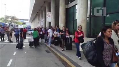 Sem táxis, passageiros enfrentam longas filas no Aeroporto Santos Dumont