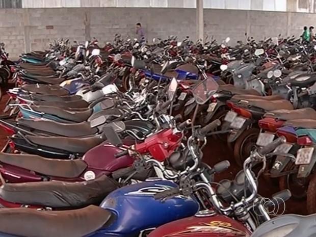 Motocicletas são  furtadas do galpão da Superintendência Municipal de Trânsito de Jataí, em Goiás (Foto: Reprodução/ TV Anhanguera)