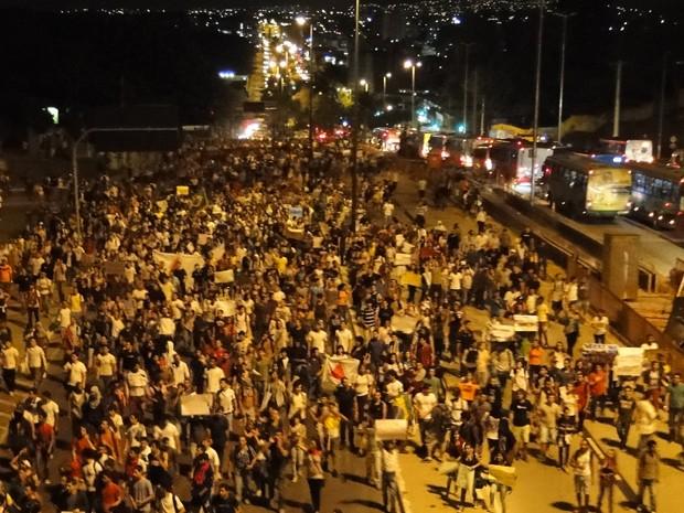 Protesto segue a Avenida Antônio em direção ao centro de Belo Horizonte  (Foto: Pedro Triginelli/G1)