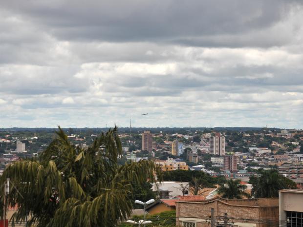 Céu de Campo Grande na tarde deste domingo (3). (Foto: Gabriela Pavão/ G1 MS)