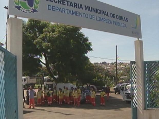 Funcionários da coleta de lixo 'cruzaram os braços' (Foto: Reprodução/TV TEM)