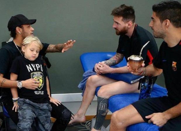 Neymar (com David Lucca no colo), Lionel Messi e Luis Suárez (Foto: Reprodução/Instagram)