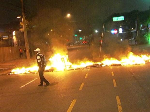 Manifestantes cobram providências do poder público e pedem moradia (Foto: Reprodução/TV Globo)
