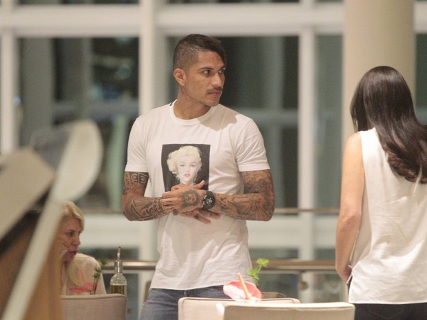 Paolo Guerrero em shopping na Zona Oeste do Rio (Foto: Wallace Barbosa/ Ag. News)