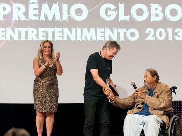 O cenógrafo Mario Monteiro (centro) foi homenageado por Roberto Talma (direita) e Suzana Vieira (Foto: Divulgação / TV Globo)