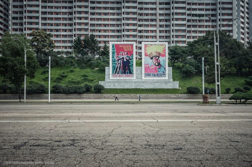 Cartazes da ideologia comunista estão espalhados por todos os lugares (Foto: Michal Huniewicz)