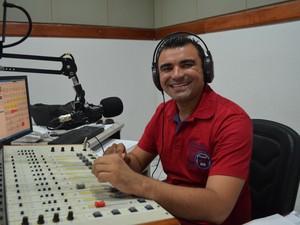 Evangelista diz que continuará trabalhando com radialista e que pretende aproveitar a rádio para discutir propostas com os eleiores (Foto: Emily Costa/ G1)