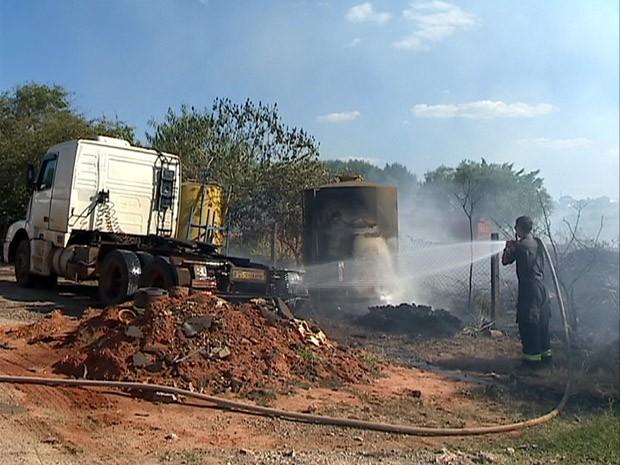 Incêndio foi em um terreno às margens da Rodovia Comendador Alberto Bonfiglioli (Foto: Reprodução/TV Fronteira)