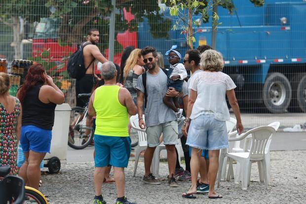 Bruno Gagliasso e a filha, Titi, rodeado por fãs (Foto: Arquivo Pessoal)