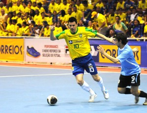 Brasil, de Simi, vence o Uruguai pelo Sul-Americano de Futsal (Foto: Luciano Bergamaschi/CBFS)