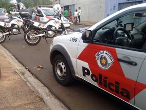 Crime aconteceu na Rua João Teles dos Santos, no bairro Altos de Pinheiros, em Araraquara (Foto: Fernando Martins/Tribuna Araraquara)