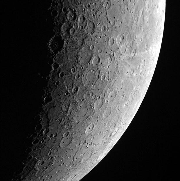Imagem da superfície de Mercúrio feita pela sonda Messenger. A imagem foi liberada pela Nasa nesta sexta-feira (14) (Foto: Johns Hopkins University Applied Physics Laboratory/Carnegie Institution of Washington/Nasa/Reuters)