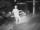 Homem é flagrado bebendo e comendo durante furto a bar; vídeo