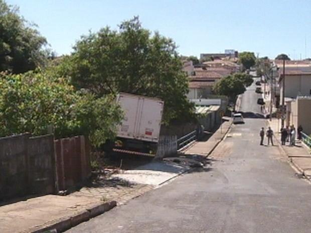 Caminhão desgovernado desceu rua na manhã desta sexta-feira (Foto: Reprodução TV TEM)