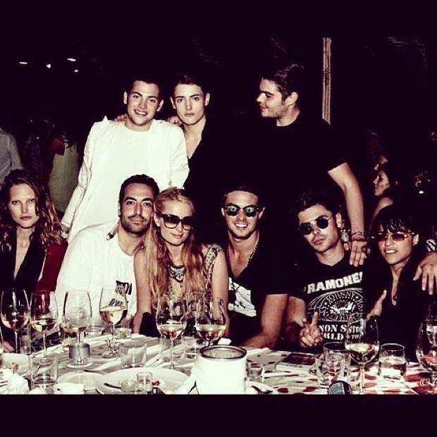 Paris Hilton e Alvarinho Garnero com amigos (Foto: Reprodução/ Instagram)