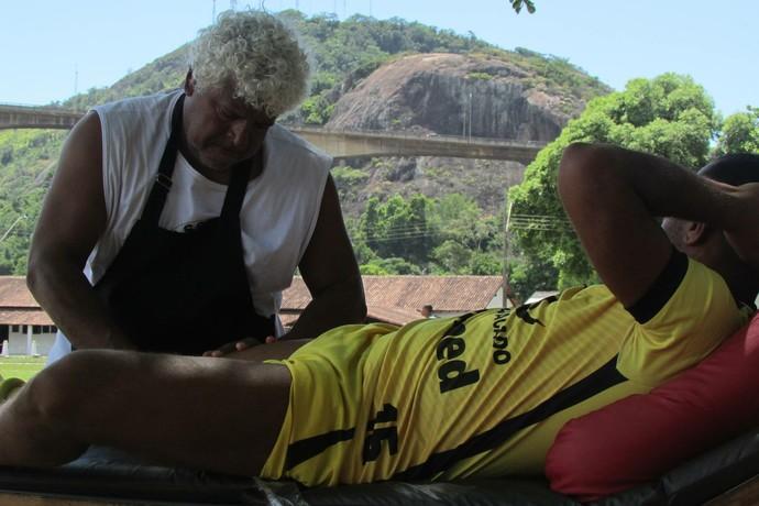 Pedroso, massagista do Rio Branco-ES (Foto: Deysiane Gagno/Rio Branco AC)