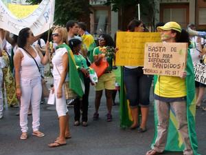 Manifestantes em Frankfurt, Alemanha, nesta quinta-feira (20) (Foto: Karla Barros Miguez/VC no G)