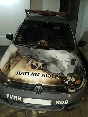 Carro da PM ficou parcialmente destruído (Foto: Divulgação/Polícia Militar)