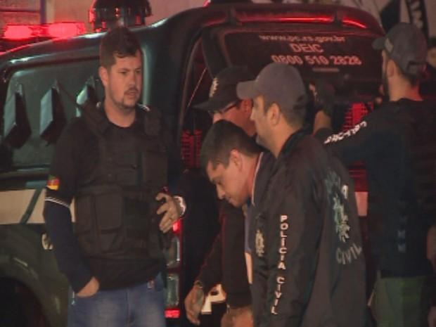 Rodrigues é levado por policiais civis em Porto Alegre (Foto: Reprodução/RBS TV)