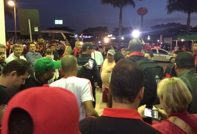 Emerson Sheik se dirige ao ônibus na saída do aeroporto, cercado por torcedores (Foto: Ivan Raupp)