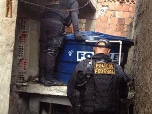 Cerca de 150 policiais fazem parte da ação, com apoio de blindados e helicóptero (Foto: Divulgação/Pmerj)