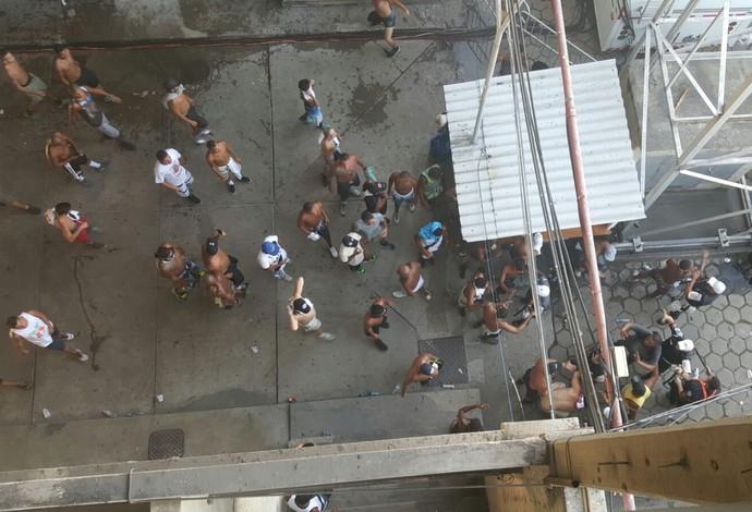 Briga entre torcedores São Januário Vasco Flamengo (Foto: Felipe Schmidt)