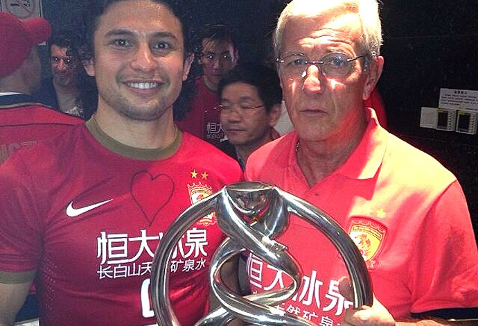 Marcello Lippi e Elkeson comemoração Guangzhou Evergrande troféu Ásia (Foto: Arquivo Pessoal)