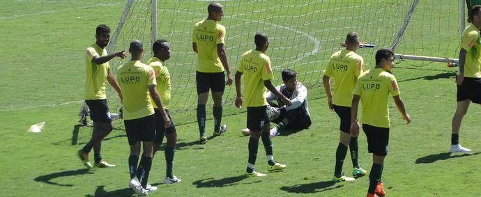 Jogadores participaram do tradicional rachão nesta sexta, véspera do jogo com o Vasco (Foto: Tayrane Corrêa)
