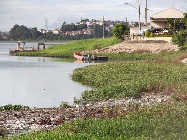 Lixo e mal cheiro tomam conta da represa Billings, em São Paulo (SP), na manhã desta quinta-feira (29). 29/01/2015 (Foto: Douglas Pingituro/Futura Press/Estadão Conteúdo)